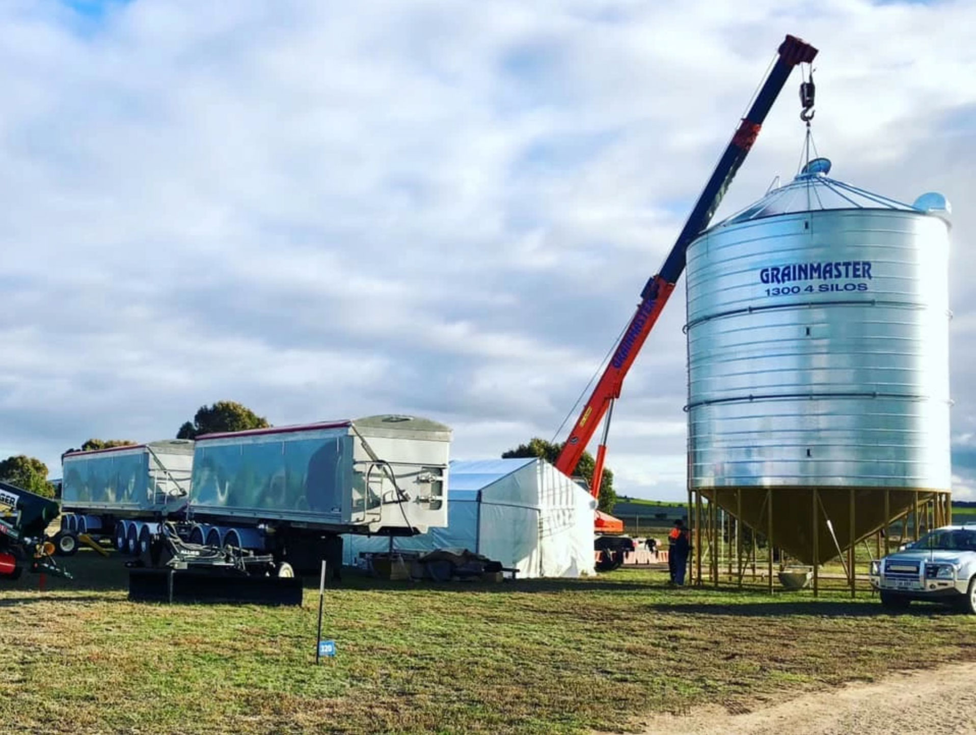 The SA GRain Services & Davey Group team putting our GrainMaster Silos together in Weetulta.